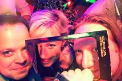 Produsent i f(x), Benedikte Bredesen (midten) og promosjef i TVN, Bjarte Slinning (venstre) feirer Gullruten.