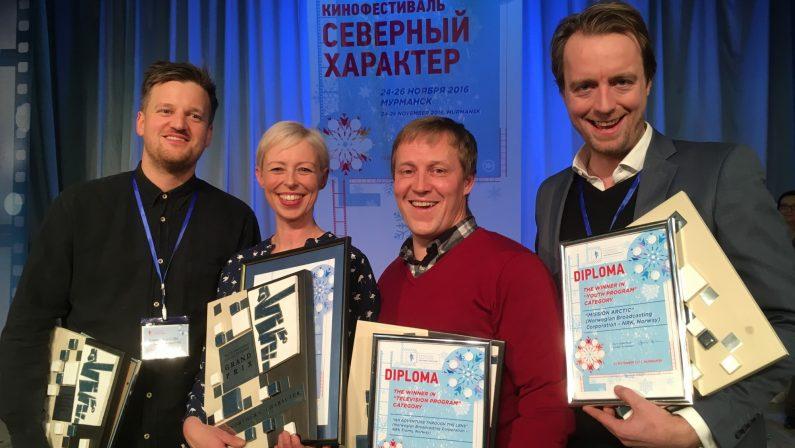 Produsent Benedikte Bredesen (midten) med Grand Prix for En prest og en plage i Murmansk.